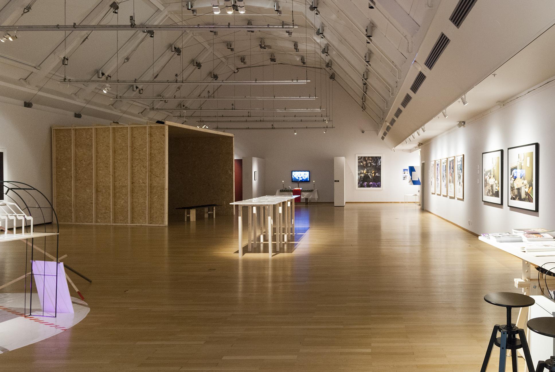 Bild över stor utställningshall