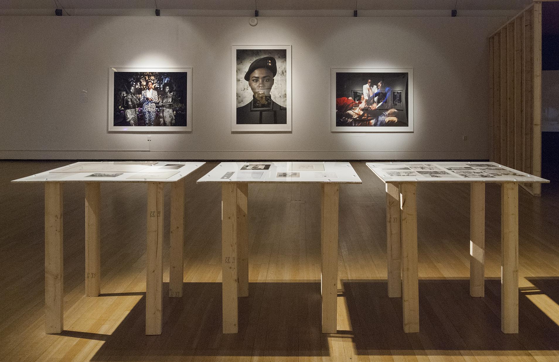 Bild med flera fotografier på vägg