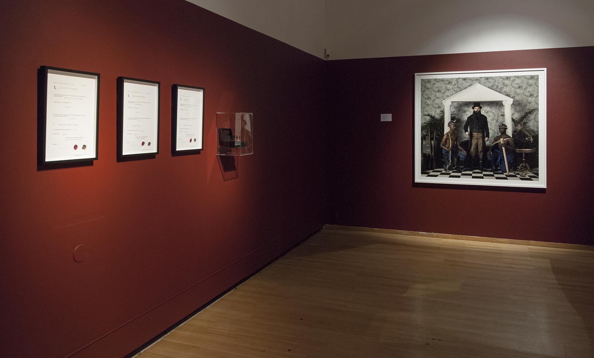 Bild med konstverk på röd vägg