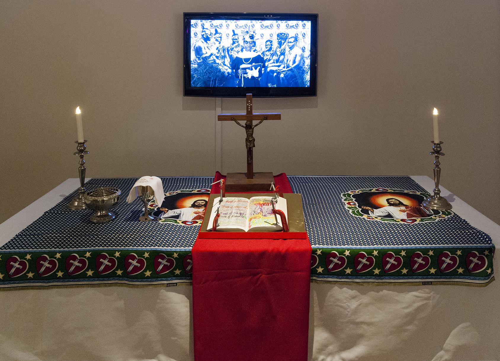 Altare med bibel och en tvskärm