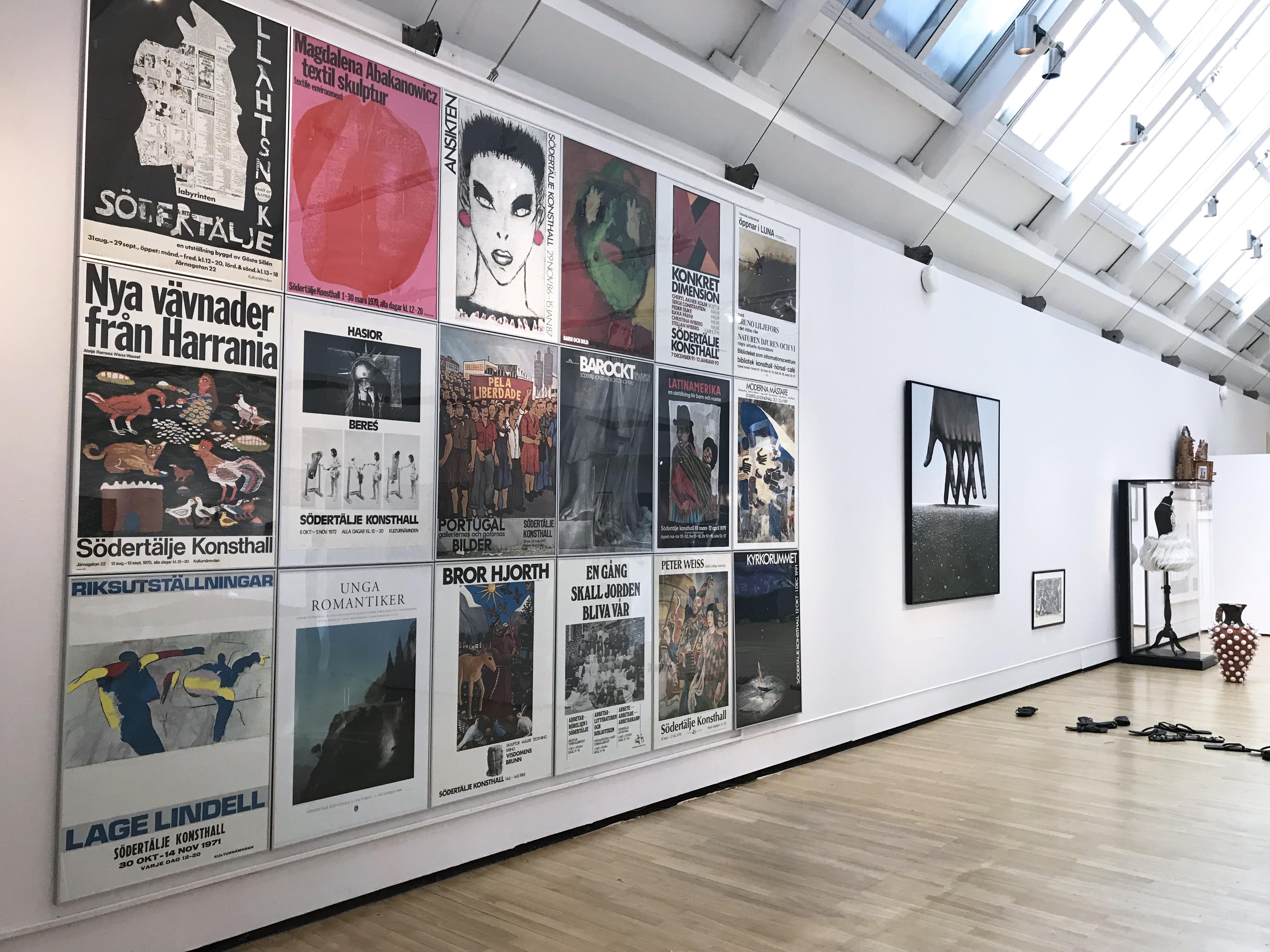 Affischer på en vägg