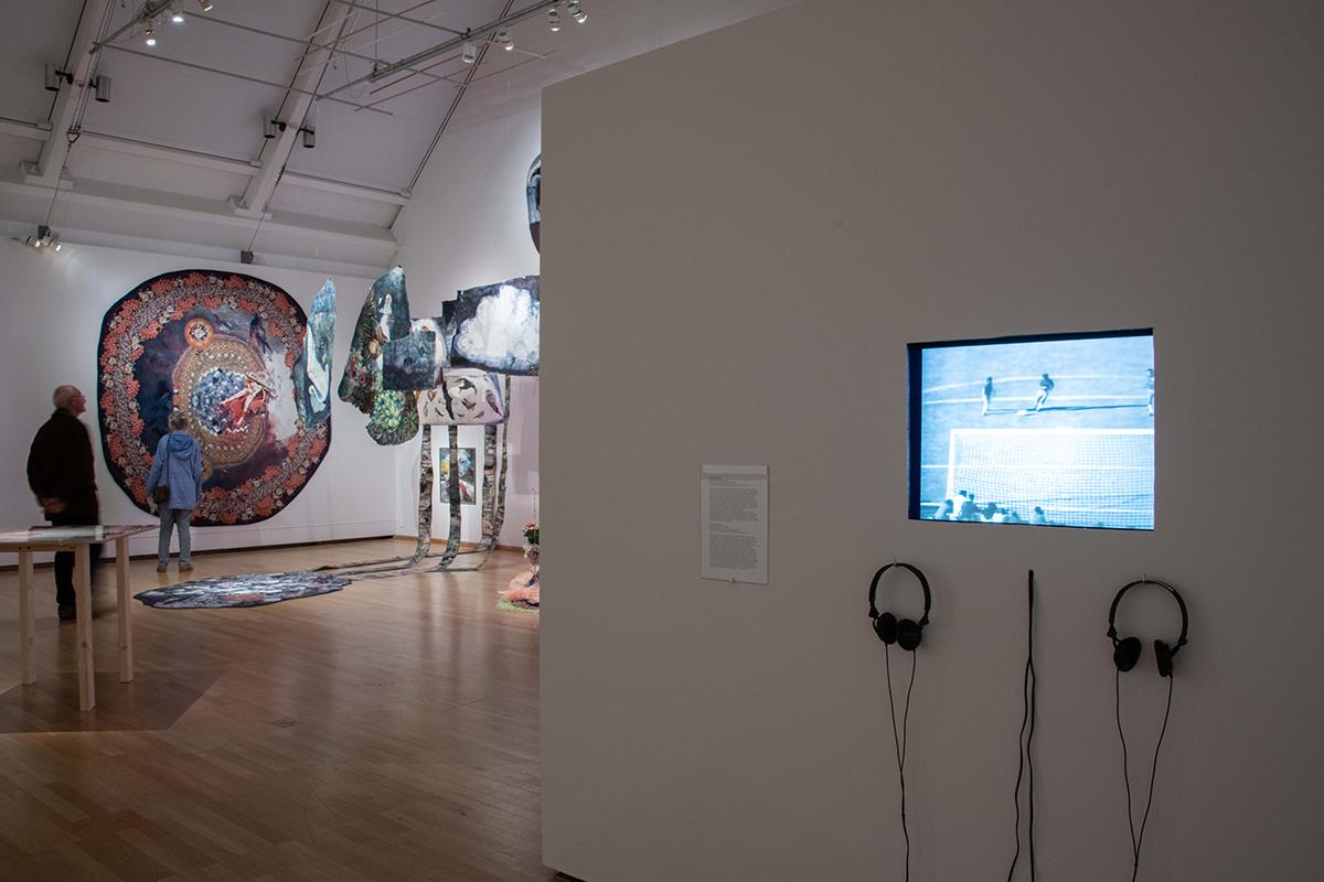 Tv på vägg och konst