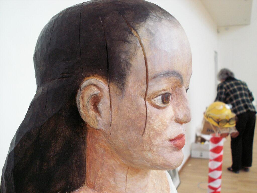 Närbild på skulptur i trä