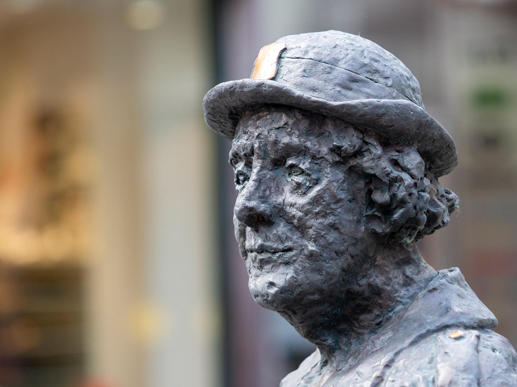 Närbild på skulptur i brons