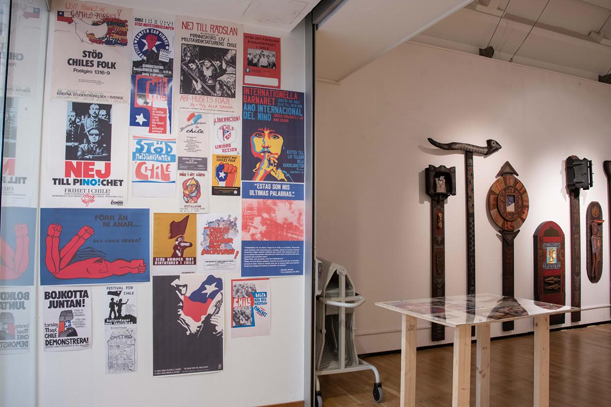 Vägg med affischer