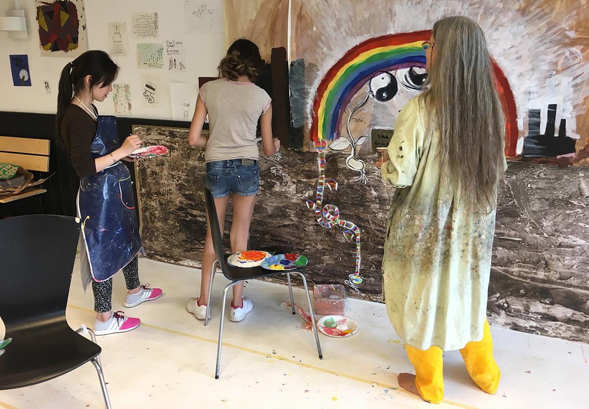 Tre tjejer som målar