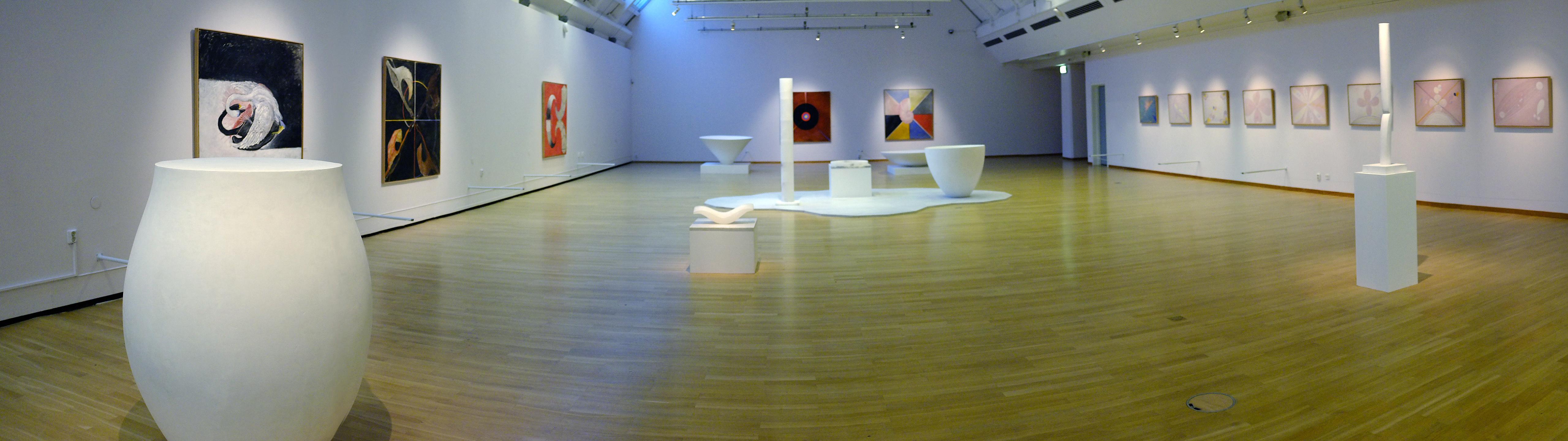 Stort rum med flera skulpturer