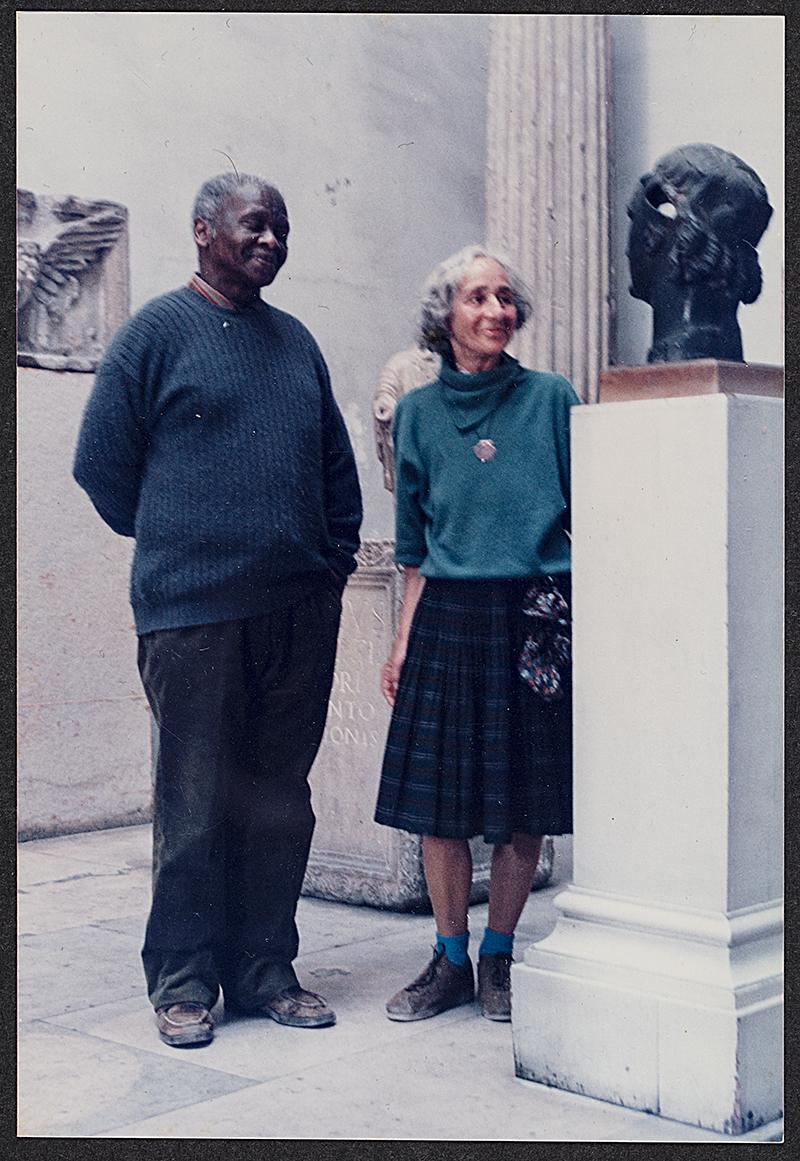 Två personer ser på en skulptur