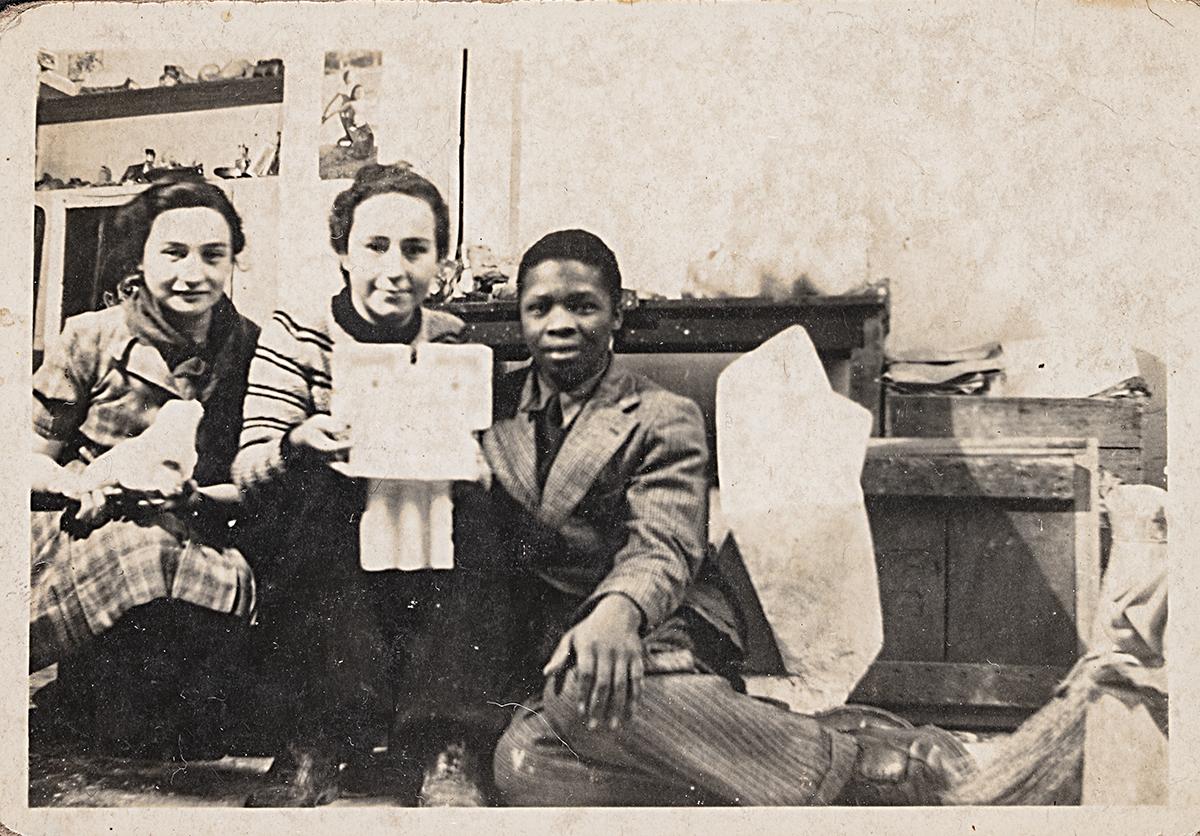 Tre personer i en soffa