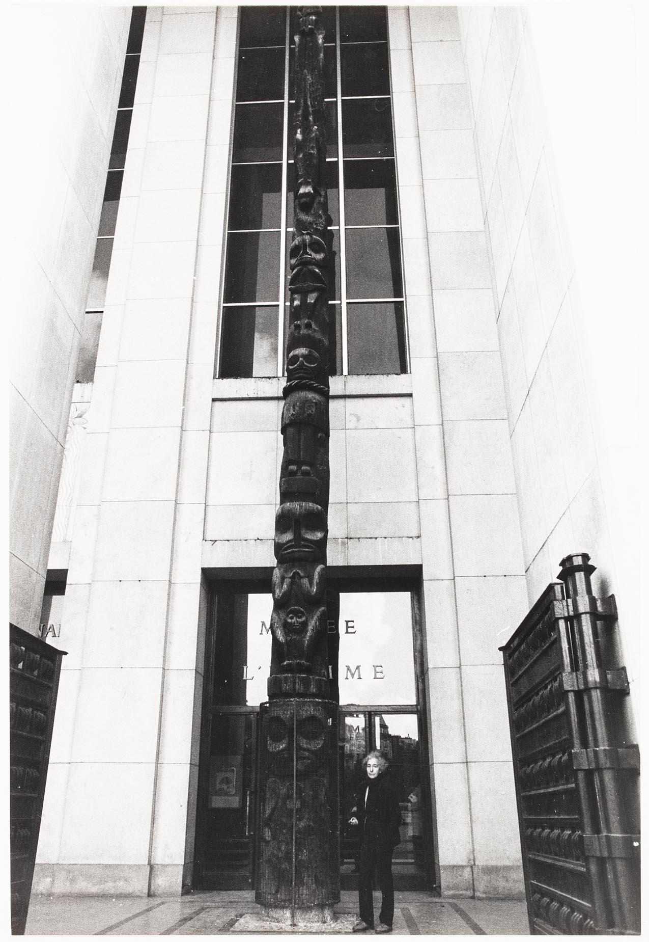 Totem utanför etnografiska museet i Paris