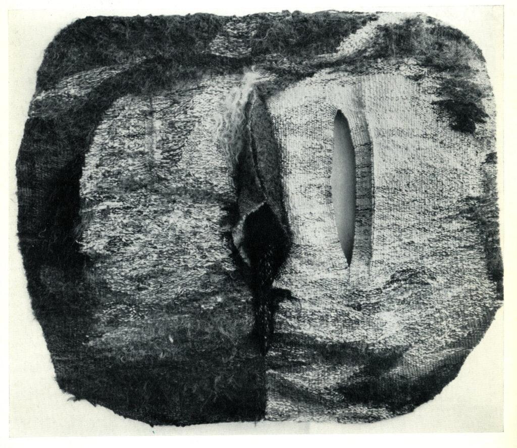 """Det var under 60-talet som Abakanowicz slog igenom stort på den internationella konstscenen, som pionjär inom textilt nytänkande. Mellan år 1960 (då hon har sin separata debut på Galerie Kordegarda i Warszawa) -69 tar hennes kariär fart med en mängd separata utställningar. Hon var en av de absolut första inom textil genren som tog steget fullt ut och började tänka skulpturalt och monumentalt. Den textila konsten flyttar nu ut från väggen och ut i rumsliga miljöer. Hennes textile enviroments byggs på plats. I gamla Södertäljekonsthall byggde hon med hjälp av tågvirke, rep och sisal. Eller som Erika Billeter beskriver det (citat ur en artikel i konsthallens utställningskatalog 1970) """"Hennes arbeten förhåller sig inte annorlunda till rummet än ett plastiskt konstverk. Den textila reliefen motsvarar skulpturen i rummet. De väldiga textilobjekt som Magdalena Abakanowicz hänger upp i rummen, har sin motsvarighet inom nutida skulptur. De har samma plastiska och rumsliga kvalitet. De skiljer sig från andra skulpturer bara genom materialet. Jag kallar dem skulpturer av textilt material. Dagens konsthistoriska lexika har ännu ingen beteckning för dessa verk, och själv har Magdalena Abakanowicz inte funnit någon adekvat formulering. Därför kallar hon dem """"Abakan"""" och menar därmed blott att de är hennes arbeten."""".  De utställda verken på konsthallen bar namn som Stor svart Abakan/Abakan big black, Öppen Abakan/Abakan ouvert, Rund Abakan/Abakan rond. Konstnärinnan var själv på plats under tre veckor för att bygga sin utställning. Konsthallschefen Eje Högestedt skriver i ett brev till Kulturministeriet i Warszawa 13 januari 1970 """"This exibition will be built specially for the rooms in our konsthall of the town, Södertälje Konsthall. That means that Prof.  Magdalena Abakanowicz has to be here herself to build it during three weeks from the 15th of february. The town has invited her to come here and to build the exhibition. She has accepted and we ask you kindly to help her with al"""